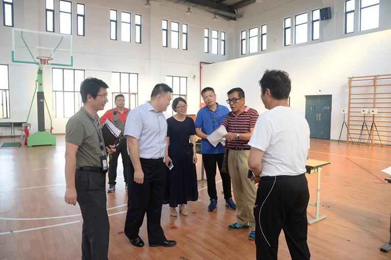 金山区体育局局长庞旭峰到金山初级中学调研