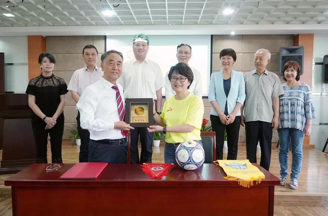 沪台两校女足友谊赛在上海市梅陇中学举行