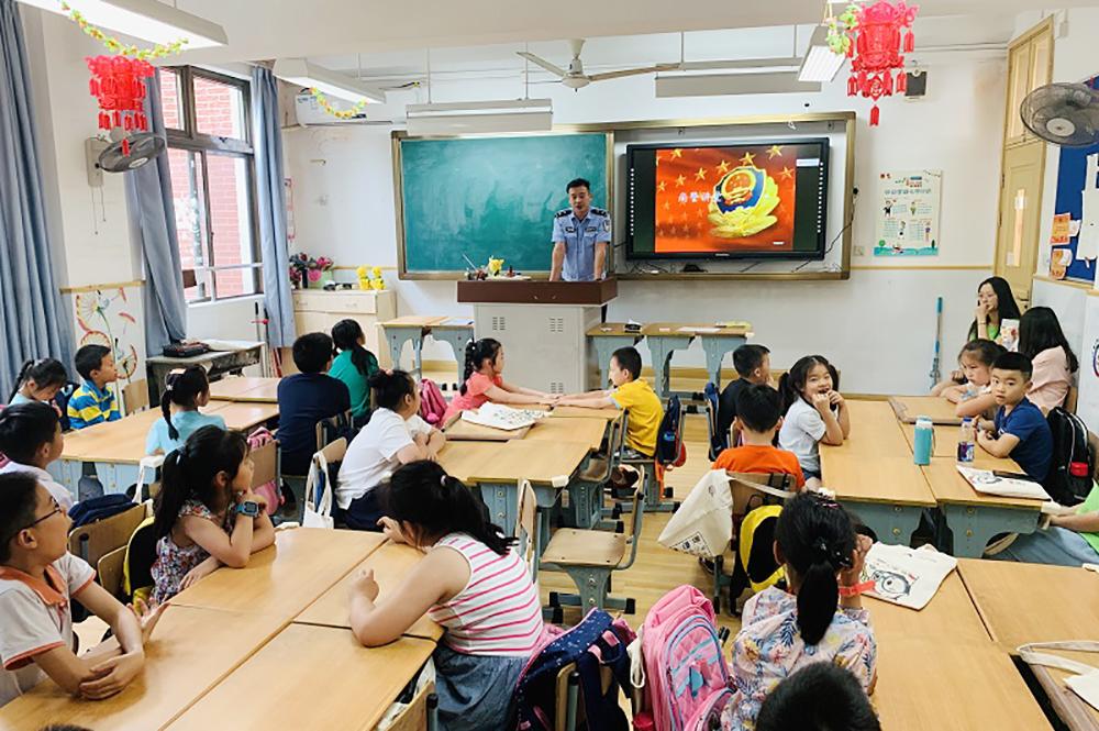 普陀区副区长王珏前往联建小学进行2019暑期爱心暑托班专项调研