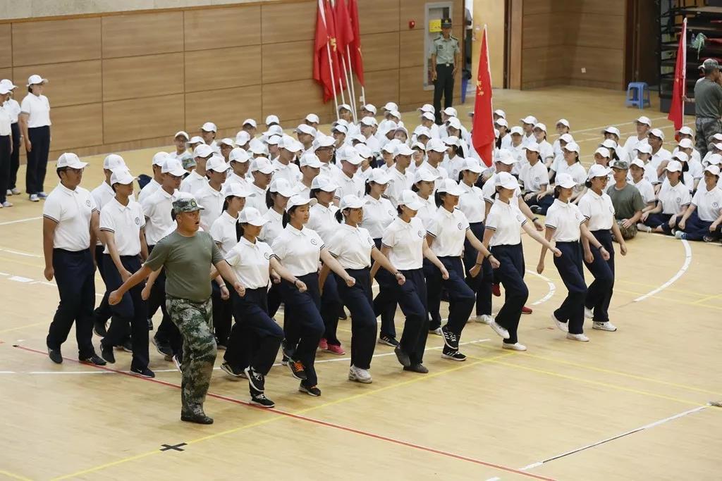 奉贤中学举行2022届新生军训会操暨结营仪式