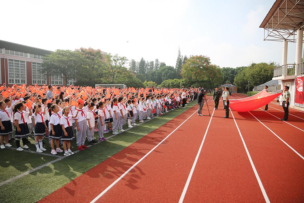 国旗下成长——金山区朱泾小学举行庆祝中华人民共和国成立70周年升旗仪式