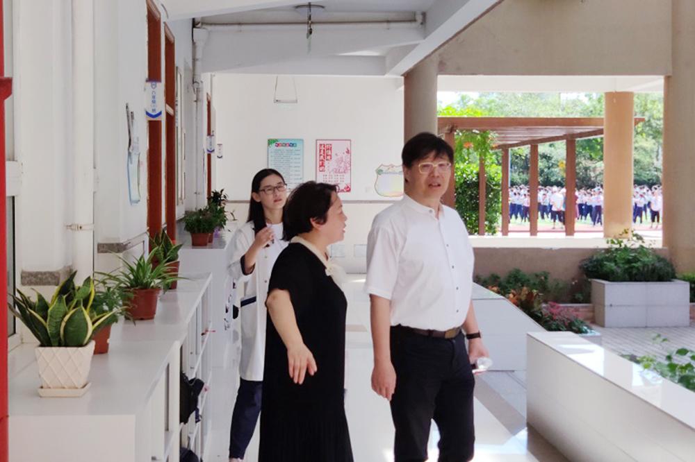 普陀区副巡视员、普陀区教育局局长范以纲视察指导上外尚阳金鼎校区工作
