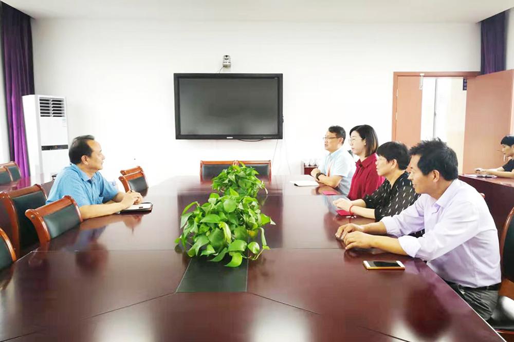 张堰镇党委副书记沈益权到张堰小学亲切慰问教师代表
