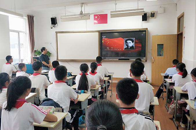洛川学校:喜迎七十华诞 唱响美丽中国