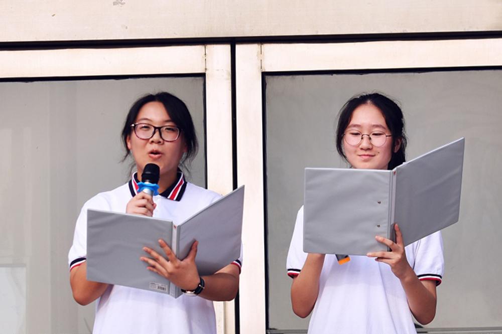 """曙光中学举行""""长大后我想成为你""""庆祝教师节主题升旗仪式"""