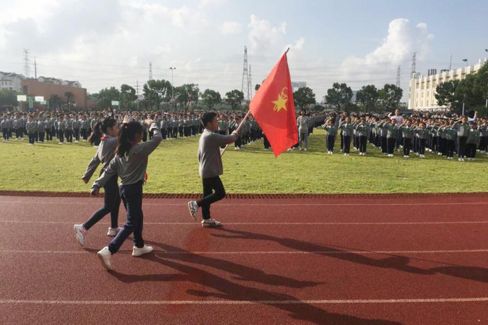 上外尚阳学校开展纪念建队70周年升旗仪式暨第6届少代会启动仪式