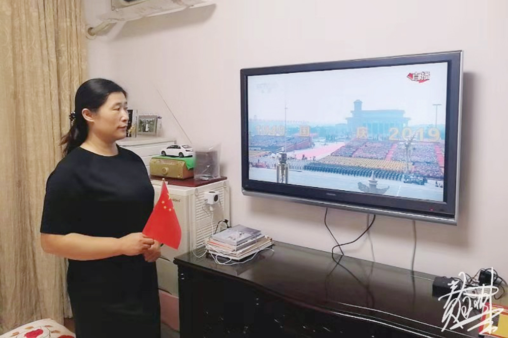 曹杨新村第六小学师生组织收看热烈庆祝中华人民共和国成立70周年阅兵式