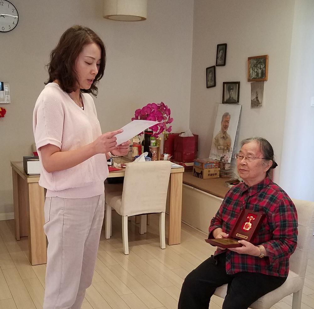 洛川学校向离休老干部曹惠康和许湘漪老师颁发纪念章