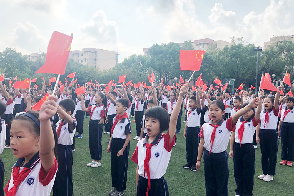 联建小学:领巾献礼70年,国旗飘扬我成长