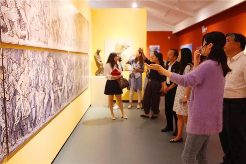 钱圩小学党员教师参观何鄂故乡行主题雕塑展