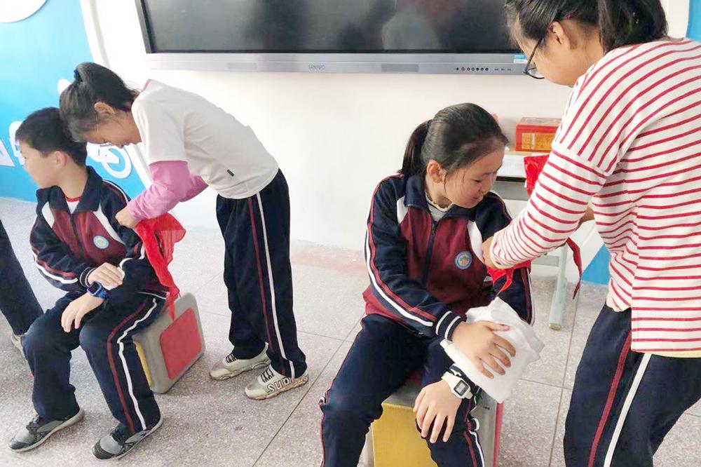 金山卫镇红十字会到钱圩小学开展救护技能展示赛前指导