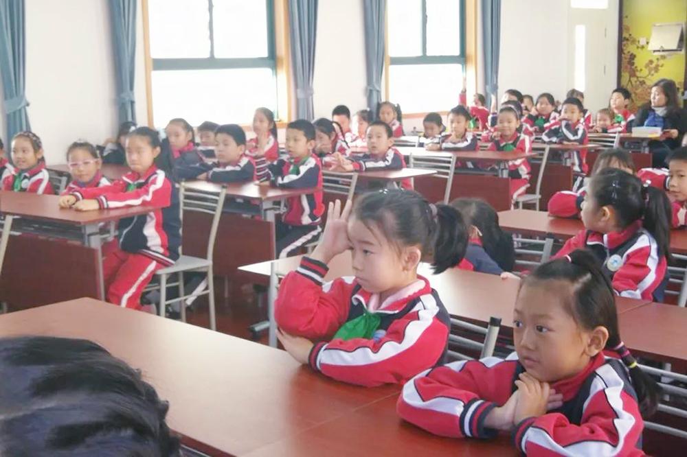 著名儿童文学作家肖云峰到访曹村六小