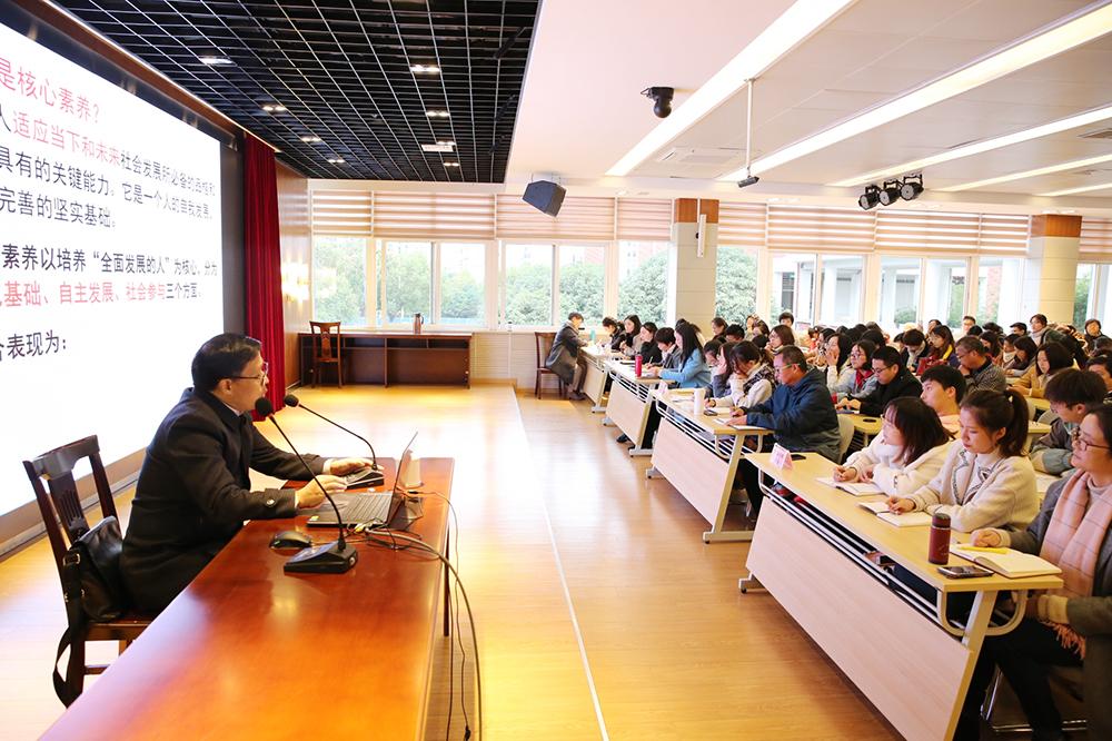 南京市教学研究室严必友到朱泾小学作专题讲座