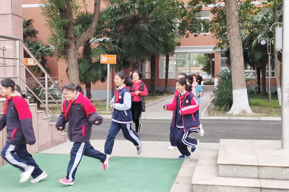 上海市钱圩中学举行消防疏散演练
