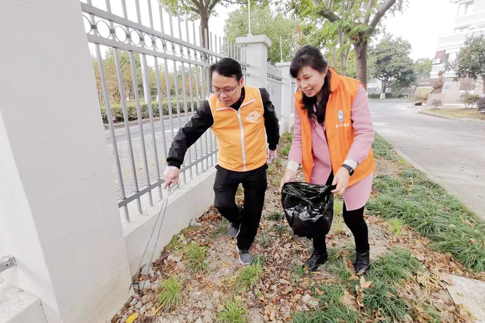 """张堰小学开展""""我为创城助力 校园周边清洁行动""""主题党日活动"""