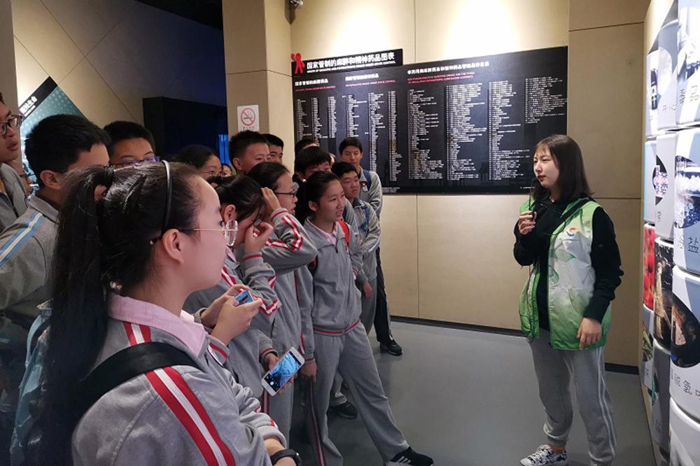 """梅陇中学开展""""两法一条例""""宣传月活动"""