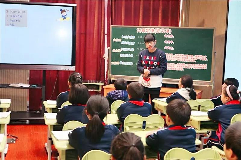 金山区小学数学主题研讨活动在钱圩小学举行