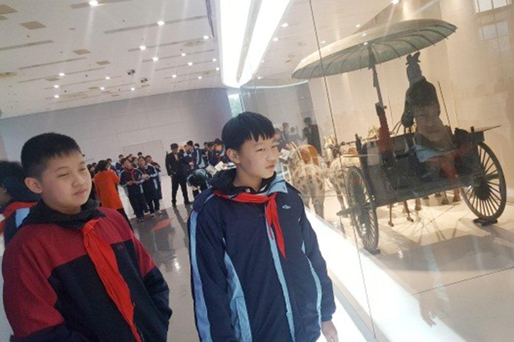 洛川学校组织八、九年级学生参观上海汽车博物馆