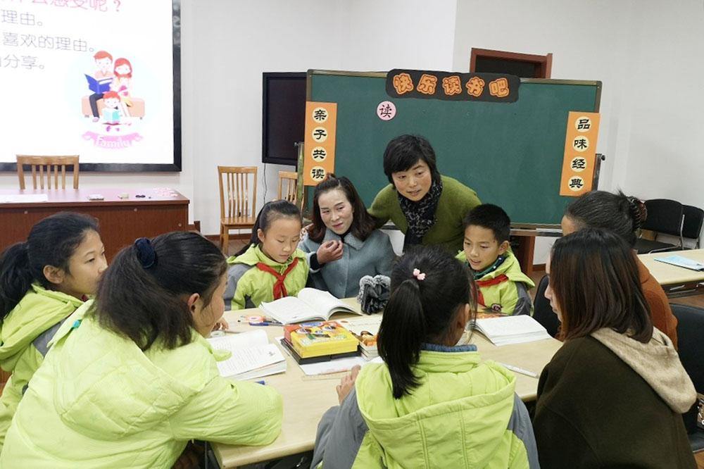 """金山区""""鑫之家""""家庭教育指导项目亲子共读展示活动在张堰小学举行"""
