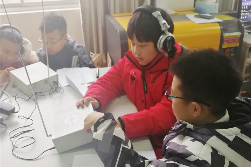 钱圩中学师生参加金山区青少年活动中心组织的无线电培训