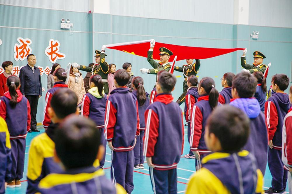 """""""国旗下成长"""" 2020 年金山区青少年升旗手冬令营活动在朱泾小学举行"""