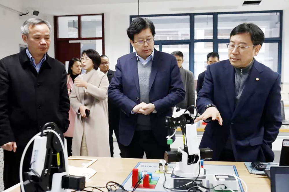 上海科技大学副校长等一行到奉贤中学参观交流