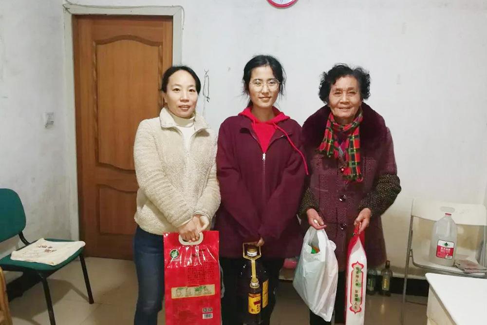 奉贤中学综合支部开展为北街居委老人送温暖活动