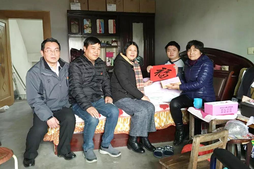 """廊下中学开展""""爱的家访""""春节慰问学生活动"""